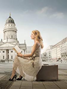 Обои Городской площади Чемоданы Книга Блондинка Платье Сидящие Читает
