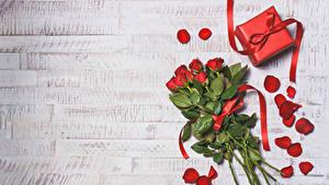 Картинки День всех влюблённых Букеты Розы Доски Красный Лепестки Подарки Бантик Цветы