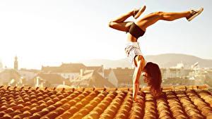 Обои Гимнастика Шатенка Крыша Физические упражнения Девушки
