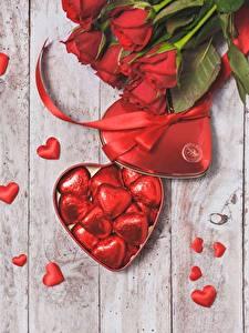 Фотографии Розы Конфеты День святого Валентина Сердце Доски Цветы