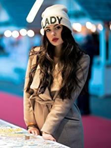 Картинки Ester Merja Размытый фон Шапки Брюнетки Взгляд Пальто Luigi Malanetto девушка
