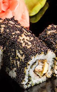 Картинки Морепродукты Суши Крупным планом Икра Рис На черном фоне Пища