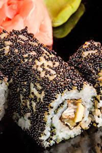 Обои для рабочего стола Морепродукты Суши Крупным планом Икра Рис На черном фоне Пища