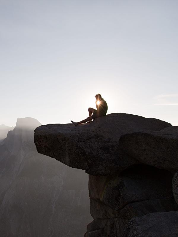 Фотографии Йосемити калифорнии америка мужчина Горы Отдых Скала Природа Парки рассвет и закат сидящие 600x800 для мобильного телефона Калифорния США штаты Мужчины гора Утес скалы скале релакс отдыхает парк Рассветы и закаты сидя Сидит