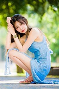 Фотографии Азиатки Боке Позирует Сидящие Платья Смотрит девушка