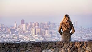 Фотография Блондинок Куртке Вид сзади Сидит Одинокая Девушки Города