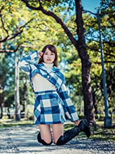 Фото Азиатка Размытый фон Взгляд Прыжок молодая женщина