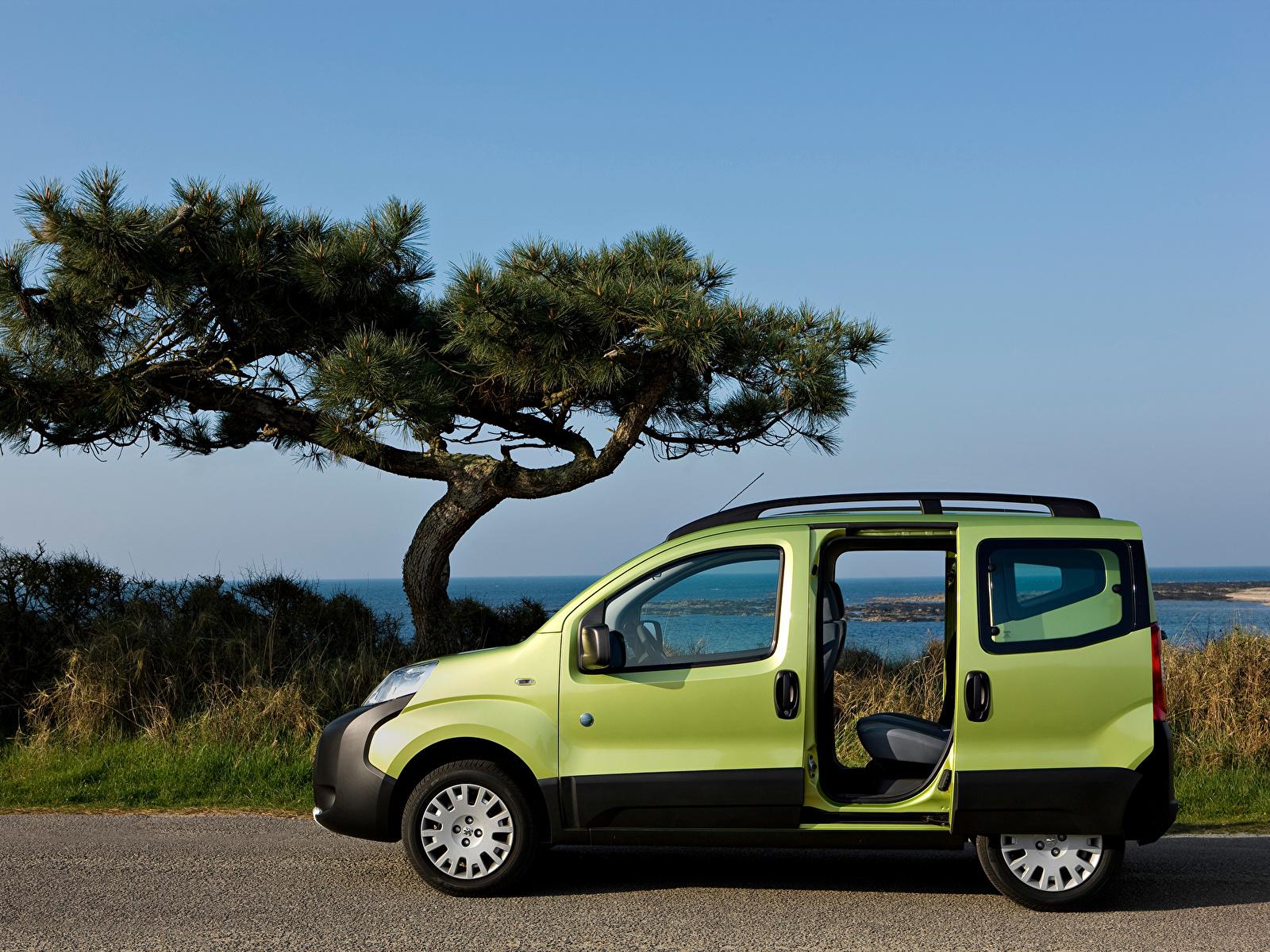 Фото Пежо Открытая дверь Bipper Tepee Outdoor, 2009–17 Минивэн Зеленый авто Сбоку Металлик 1600x1200 Peugeot зеленая зеленые зеленых машина машины Автомобили автомобиль