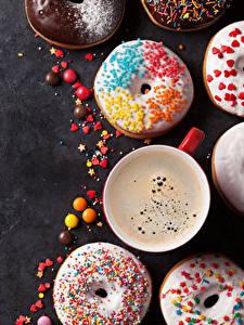 Картинки Выпечка Пончики Кофе Конфеты Сером фоне Чашка Еда