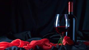 Картинка Праздники Вино Розы Черный фон Бутылки Бокал Красный Продукты питания
