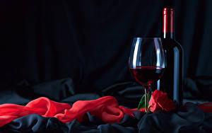 Картинка Праздники Вино Роза На черном фоне Бутылки Бокал Красный Продукты питания
