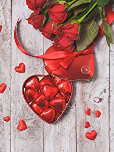 Фотографии День святого Валентина Розы Доски Красная Сердце Цветы