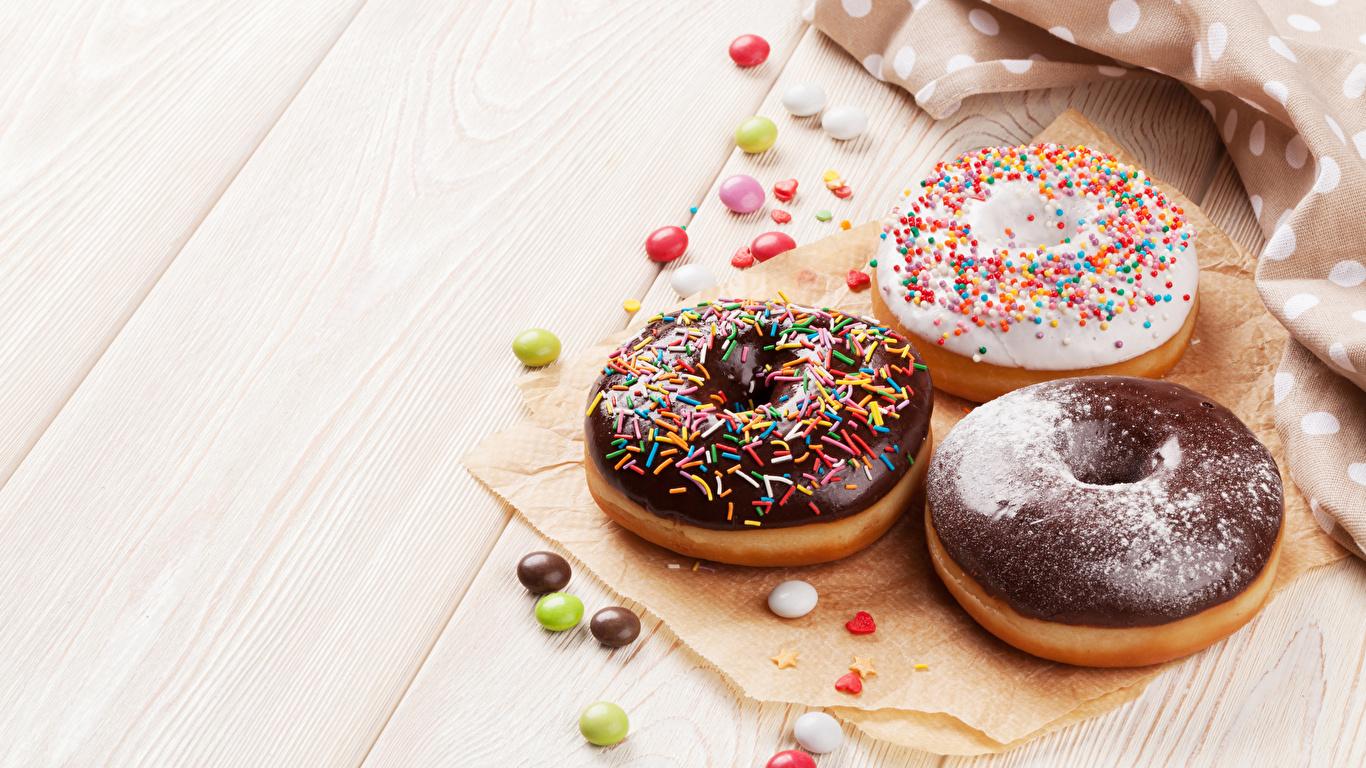 Картинка Шоколад Пончики три Продукты питания Выпечка сладкая еда Доски 1366x768 Еда Пища Трое 3 втроем Сладости