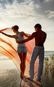 Картинки Рассвет и закат Мужчины Речка Влюбленные пары Озеро Двое Спины молодая женщина