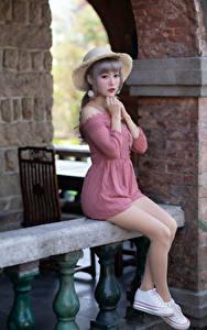 Картинки Азиатка Сидящие Ноги Платье Руки Шляпа Милая