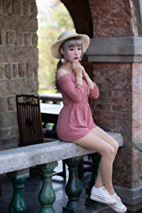 Картинки Азиатка Сидящие Ноги Платье Руки Шляпа Милая молодая женщина