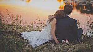 Фотографии Рассветы и закаты Мужчины Любовники Трава Двое Сидящие Женихом Невесты Брак Девушки