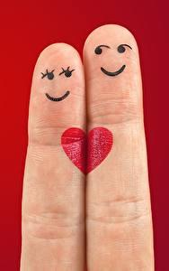 Фотографии Пальцы Любовь Красном фоне Двое Улыбка Сердца