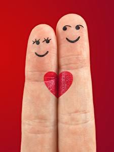 Фотографии Пальцы Любовь Красный фон Двое Улыбка Сердечко