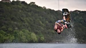 Обои для рабочего стола Мужчины Прыгать Брызги Kitesurfing спортивные
