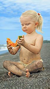 Фотографии Дыни Пляж Девочки Сидящие Песок Блондинка Дети