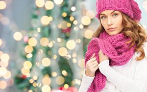 Фотографии Рождество Шатенка Шарф Руки Смотрит Девушки