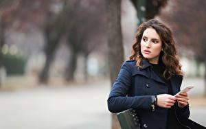 Фотография Боке Скамейка Сматфоном Пальто Шатенка Девушки
