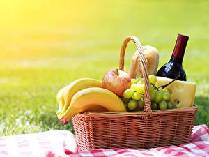 Картинки Вино Бананы Виноград Яблоки Сыры Пикник Корзинка Бутылка Еда