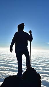 Обои для рабочего стола Мужчины Альпинисты Скалы Облака Силуэта Природа