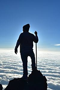 Картинка Мужчина Альпинисты Скалы Облака Силуэта Природа