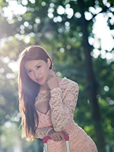 Обои Азиаты Боке Шатенки Смотрит Рука молодая женщина