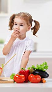 Картинки Овощи Помидоры Девочки Ребёнок