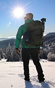 Обои Мужчина Зима Вид сзади Снег Рюкзак Солнце Природа