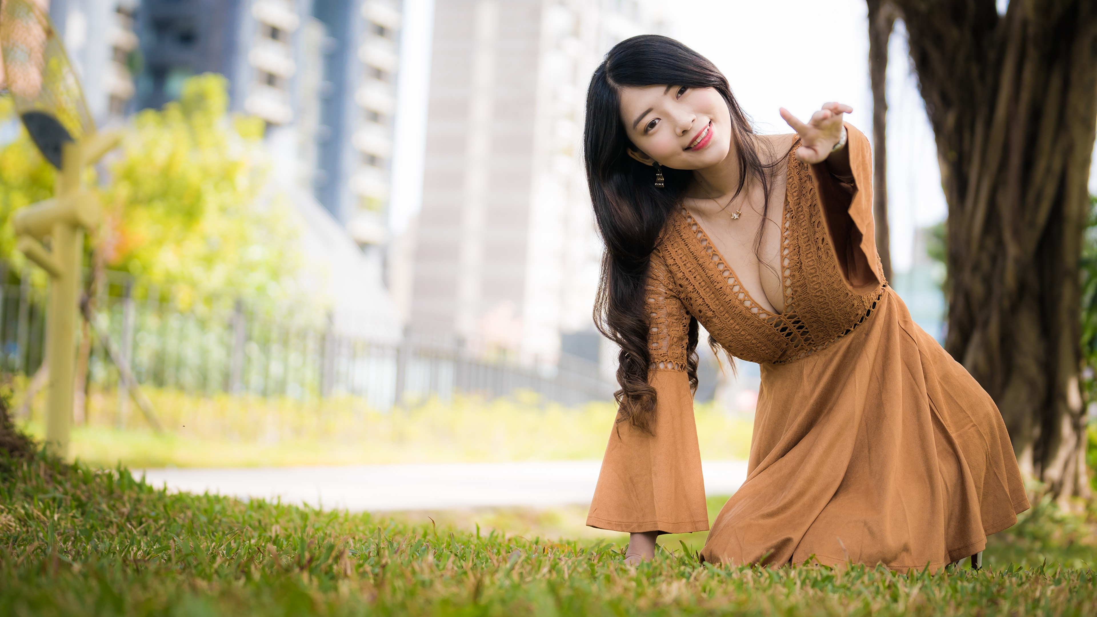 Фотография Шатенка боке Поза Декольте молодые женщины Азиаты Платье 3840x2160 шатенки Размытый фон позирует вырез на платье девушка Девушки молодая женщина азиатки азиатка платья