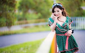 Обои для рабочего стола Азиатка Размытый фон Позирует Платье Шатенка Смотрят девушка