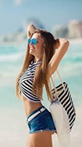 Фото Пляжа Позирует Очков Шорт Улыбается девушка