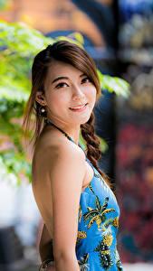 Фотографии Азиаты Размытый фон Улыбается Шатенки Милый Взгляд молодая женщина