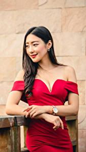 Картинка Азиатки Поза Платье Рука Вырез на платье Брюнетки Размытый фон