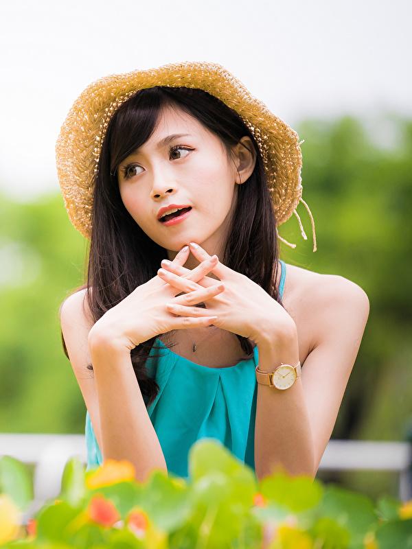 Картинки боке Шляпа девушка Азиаты Руки 600x800 для мобильного телефона Размытый фон шляпе шляпы Девушки молодые женщины молодая женщина азиатка азиатки рука