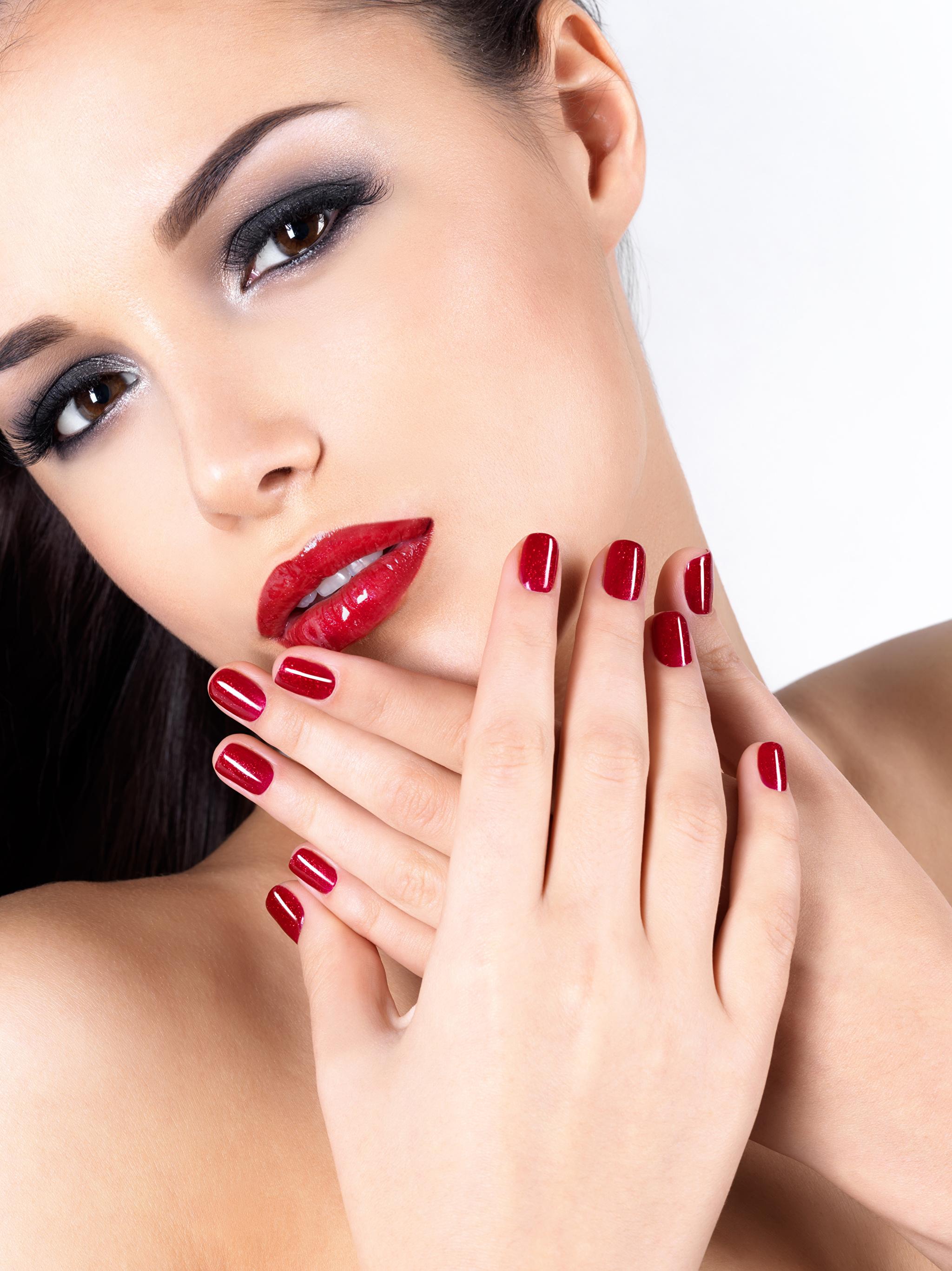 Фото женщин с красным маникюром
