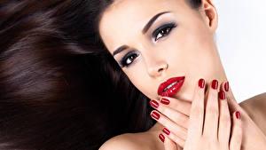 Картинки Шатенка Взгляд Красные губы Маникюр Руки Волосы Девушки