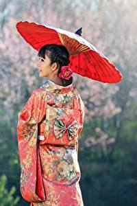 Картинки Азиаты Униформа Брюнетка Зонт Кимоно Девушки