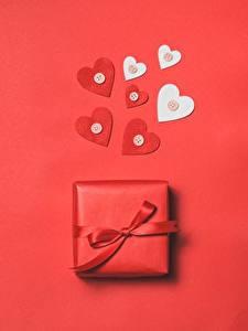 Фотографии День всех влюблённых Сердечко Подарки Красный фон