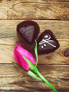 Картинки День святого Валентина Роза Конфеты Шоколад Доски Розовый Сердце Еда Цветы