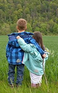 Обои Поля Мальчики Девочки Вдвоем Объятие Трава Куртка Ребёнок