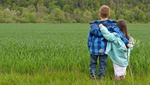 Обои Поля Мальчишка Девочка Вдвоем Обнимает Трава Куртки ребёнок