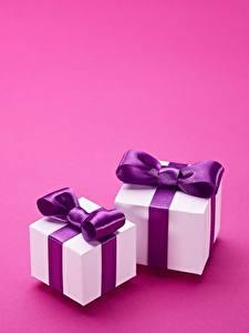 Фотографии Подарков Две Бантики Цветной фон Шаблон поздравительной открытки