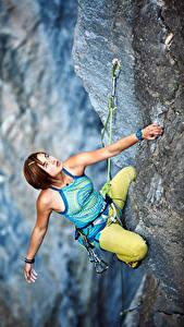 Фотография Альпинизм Скала Шатенка Альпинисты Рука Взгляд Девушки Спорт