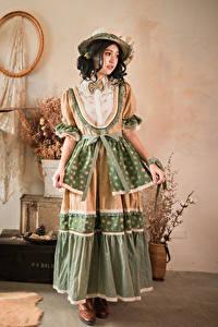 Фотографии Азиатка Ретро Платья Шляпа Комната молодые женщины