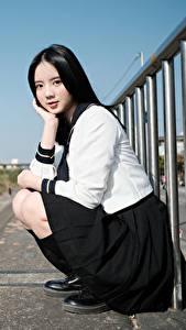 Обои для рабочего стола Азиаты Брюнетка Поза Сидит Униформа Школьница Взгляд девушка